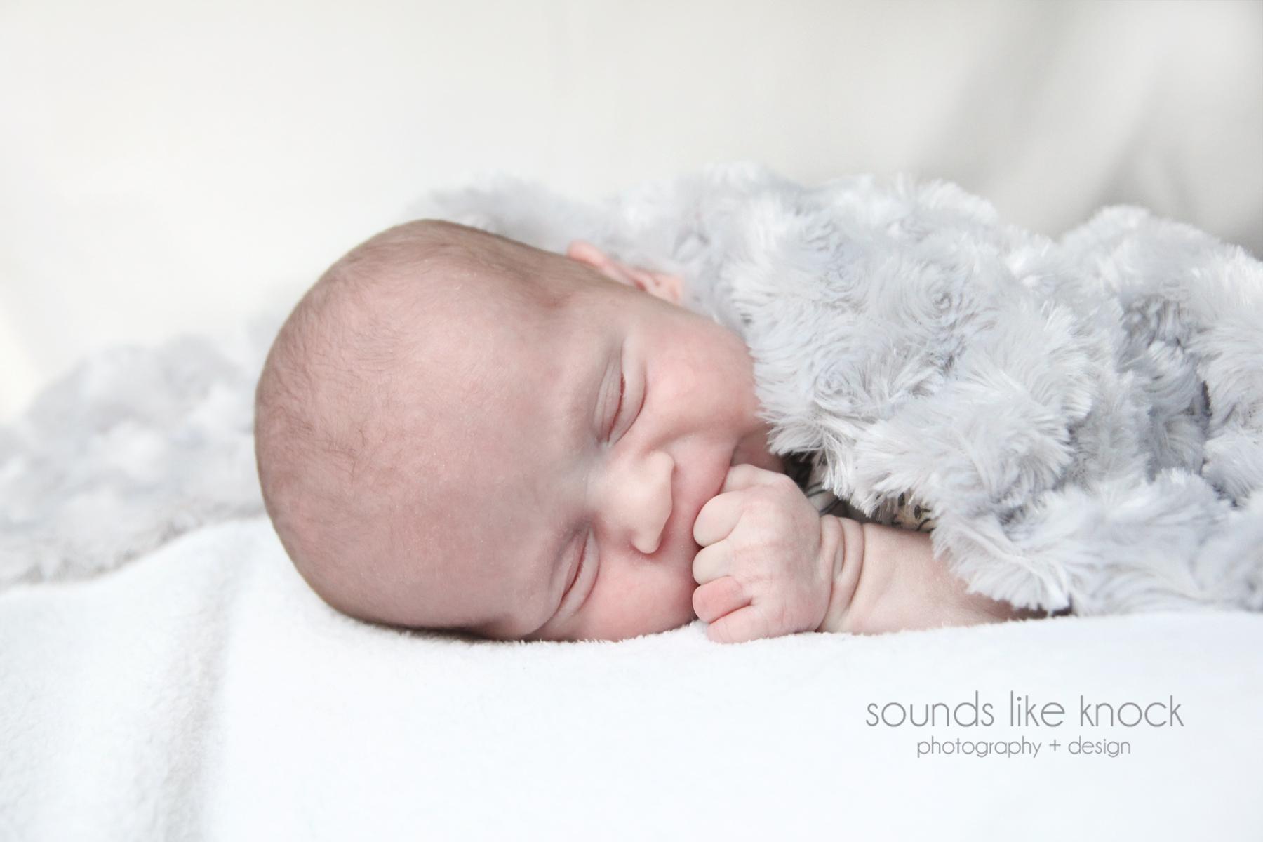 newbornbabywithfuzzyblanket
